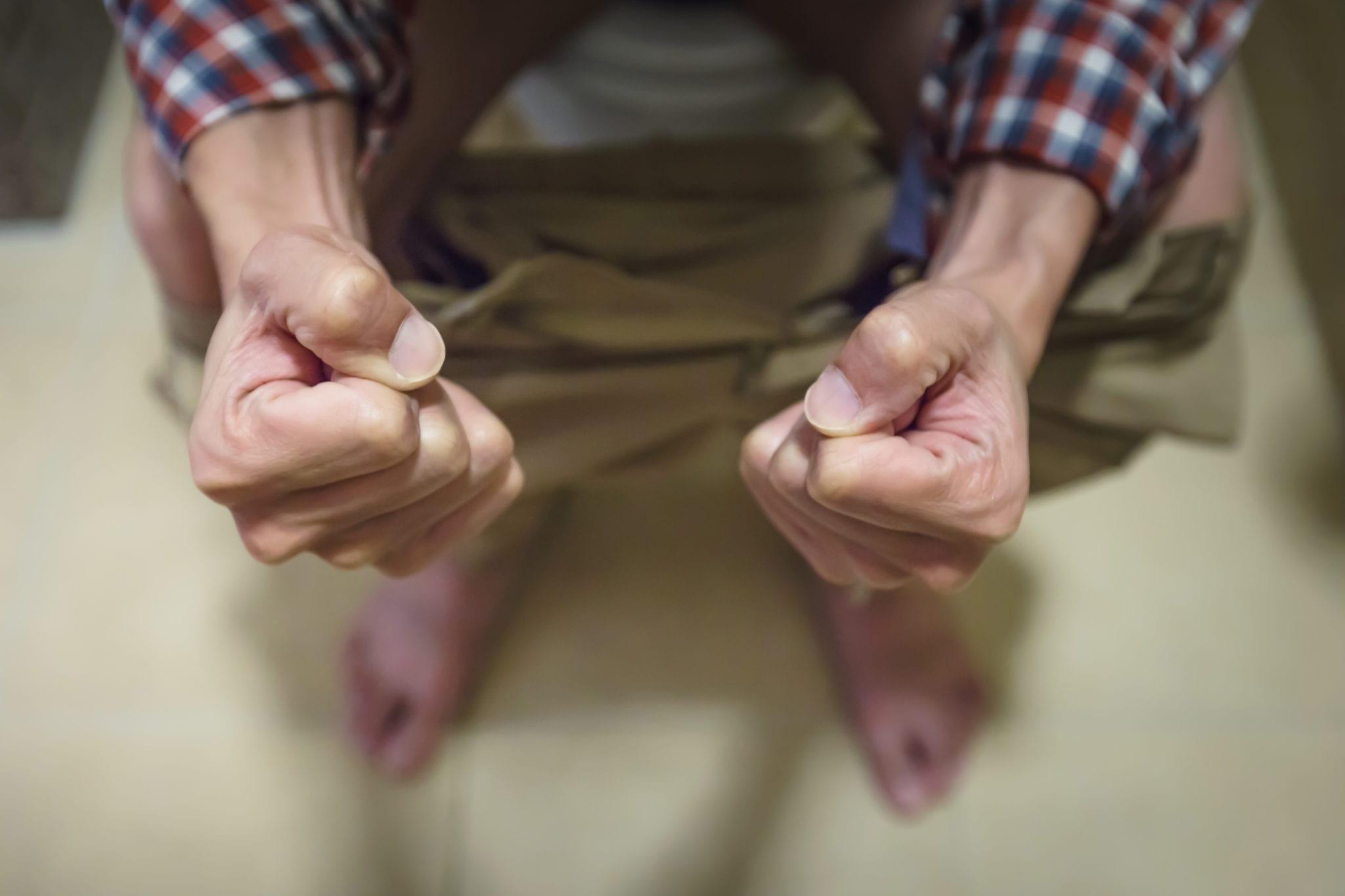 Homem com dificuldades para defecar por que tem hemorroidas grau 2